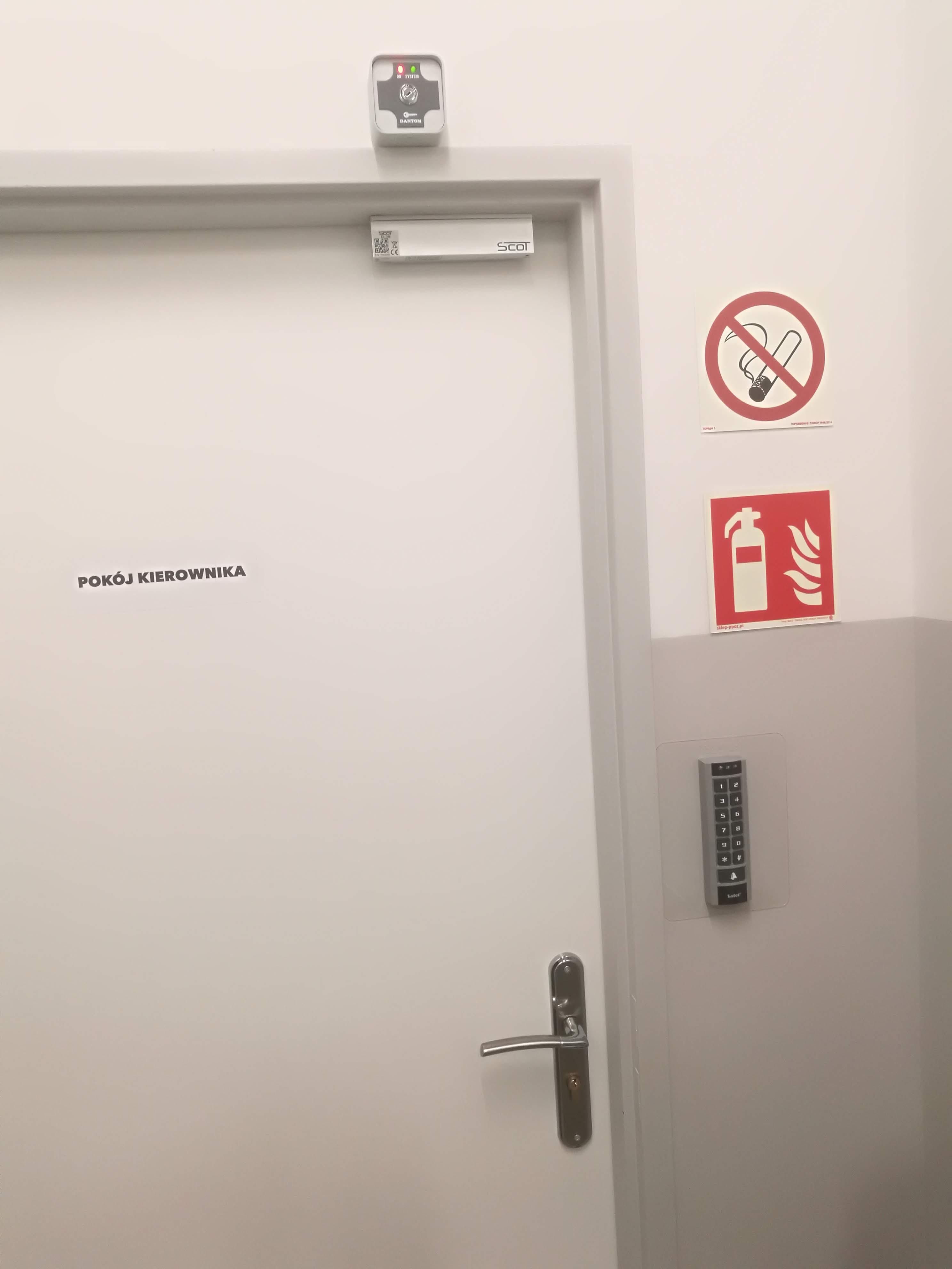 Kontrola Dostępu na drzwiach w formie zwory i klawiatury z czytnikiem kart zbliżeniowych